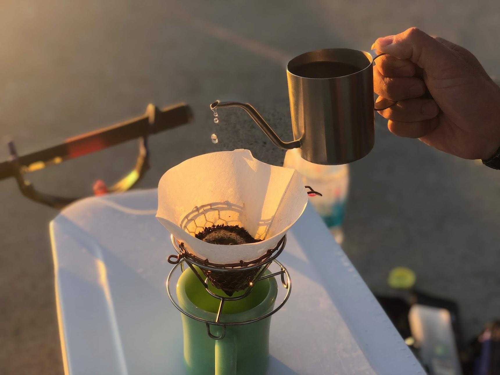 釣り場でコーヒーを淹れる