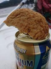 Photo: 飲みながら、食べながら、シャクリながら。 ビールの中に長崎名物「式見かんぼこ」 突っ込んで・・・。
