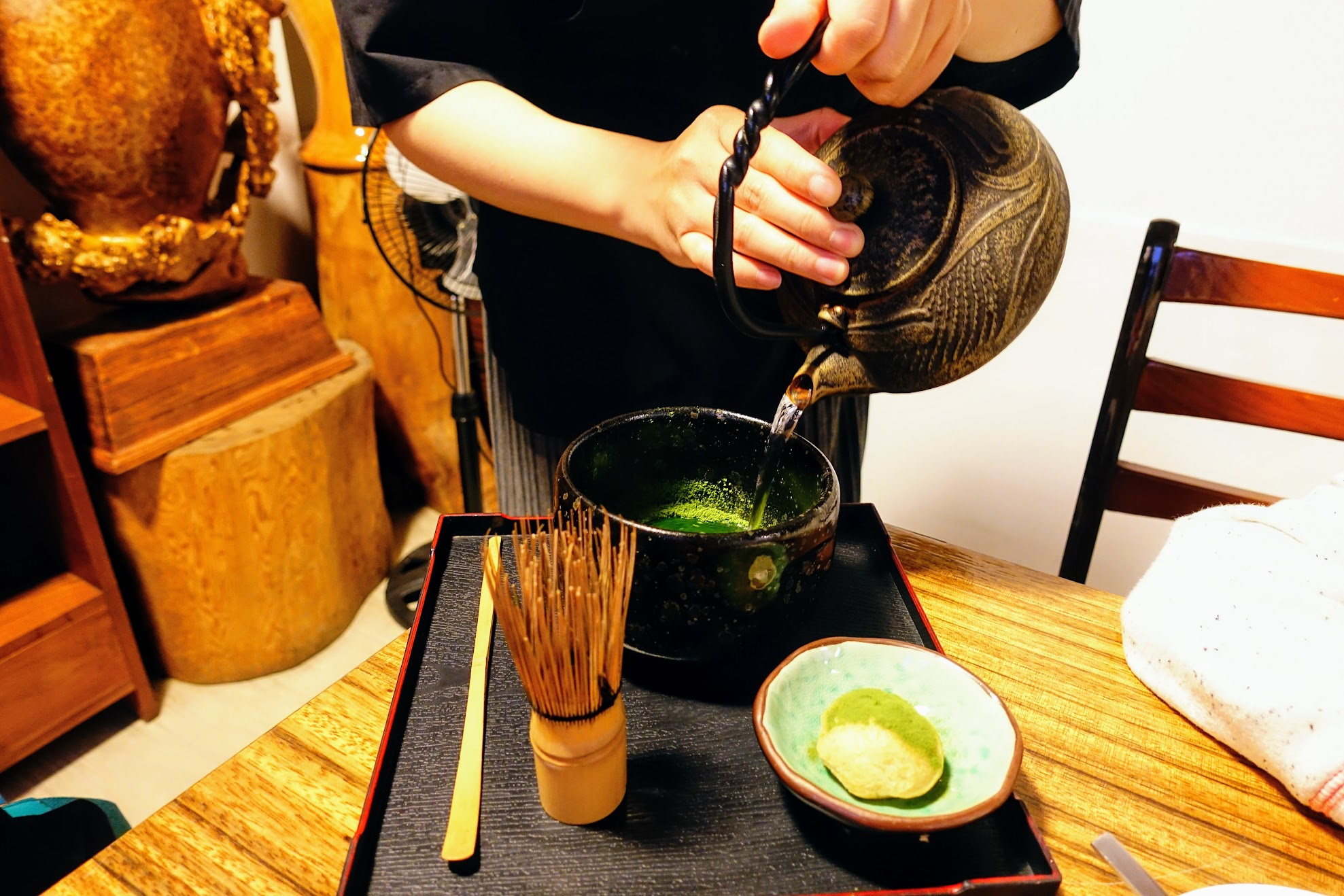 刷茶! 送上來時候就是抹茶粉在碗底,倒入熱水沖泡在用刷子刷...