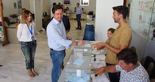 El candidato del PP y aspirante a la reelección en El Ejido, Francisco Góngora, ejerciendo su derecho a voto.