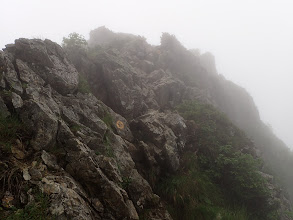 岩場を登ったり