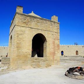「永遠の火」を祀る、アゼルバイジャン・バクー近郊にある神秘的なアテシュギャーフ拝火教寺院