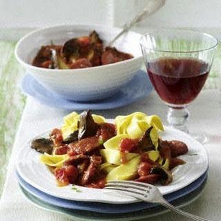 Bandnudeln mit Kräuterseitlingen und Bratwurst in Tomatensoße