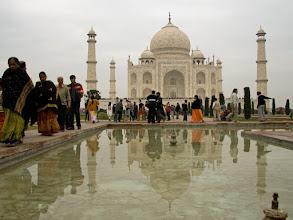 Photo: Pakollinen kuva: Taj Mahal ja heijastuma siitä vesi-altaassa