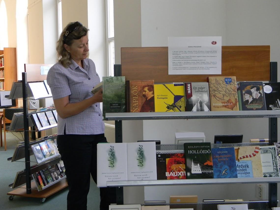 Könyvet olvasó nő