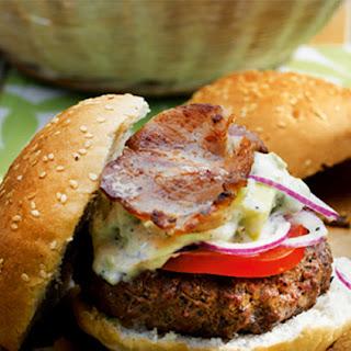 Broodje Hamburger Met Spek, Tomaten, Ui En Avocado
