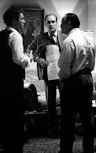 """Photo: Robert Duvall com uma cartolina presa ao corpo com dicas dos diálogos de Marlon Brando em """"O Poderoso Chefão"""""""