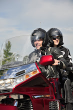 Photo: Jarno had de eer om op Hans zijn motor te mogen rijden...en Anouschka achterop.