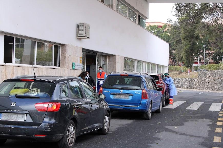 Automovilistas esperando su turno para realizarse la PCR.