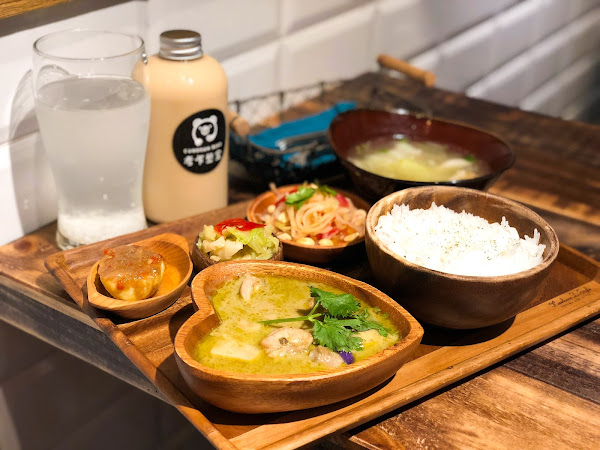 顛覆思考的創新文青泰式料理!木系精緻的定食風格,結合英式茶飲的「考乍熋宝」(文末菜單)