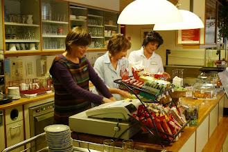 Photo: Die treuen Mitarbeiterinnen in der Cafeteria. Wir danken der Heimleitung für den gespendeten Imbiss. Wir kommen gerne wieder!