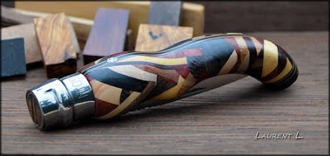 Photo: Opinel custom n°126. Personnalisations en marquèterie de bois précieux, cornes, résines et aluminium du couteau pliant de poche de la célèbre marque Savoyarde Opinel.