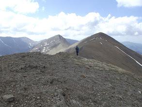 Photo: La Pili arribant al Pic de Fontnegra (2.728 m), al darrera el Cim de la Coma del Clot ( 2.739m) i el Torreneules (2.713 m)