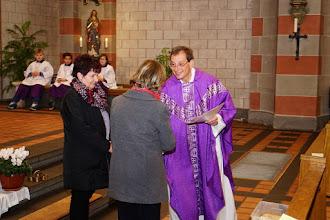 Photo: Überreichen der Urkunde an zwei neue Kommunionhelferinnen