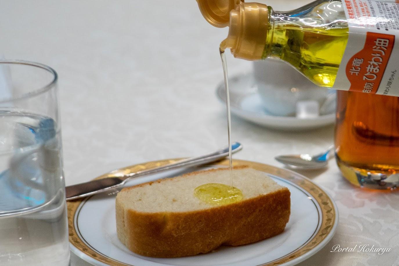 サンフラワーオイルを使用した自家製フォカッチャと焙煎ひまわり油