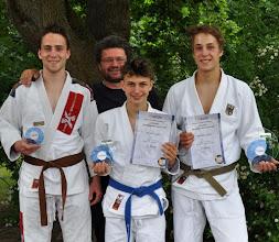 Photo: von links: Dominik Storch (3. Platz U21 -77 kg), Trainer Jürgen Lindner, Severin Lindner (2. Platz U18 -50 kg), Sebastian Storch (1. Platz U18 -81 kg)