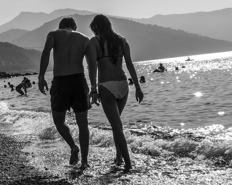 Passanti in spiaggia di Francesco Ciccarello