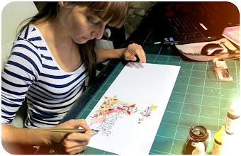 Photo: Montse Bugatell il·lustrant les cobertes del llibre de contes curts Perdonin que no em disculpi, de Ferran Cerdans Serra