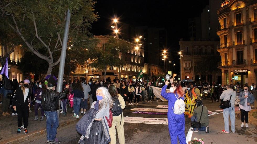 Asistentes a la concentración-cacerolada de Puerta de Purchena.