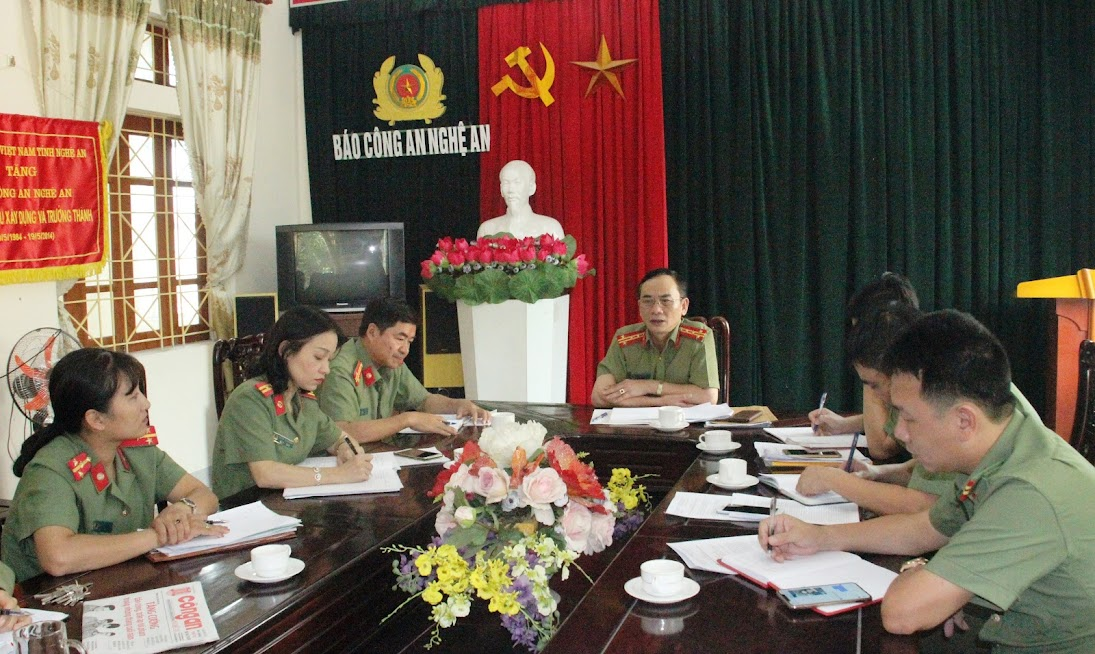 Đồng chí Đại tá Lê Xuân Hoài, Phó Giám đốc Công an tỉnh làm việc với Lãnh đạo, cán bộ, phóng viên Báo Công an Nghệ An về việc đổi mới nội dung, hình thức của tờ báo