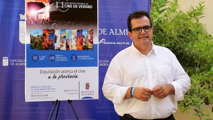El diputado de Cultura, Antonio Rodríguez, presentando el Circuito de Cine. La voz