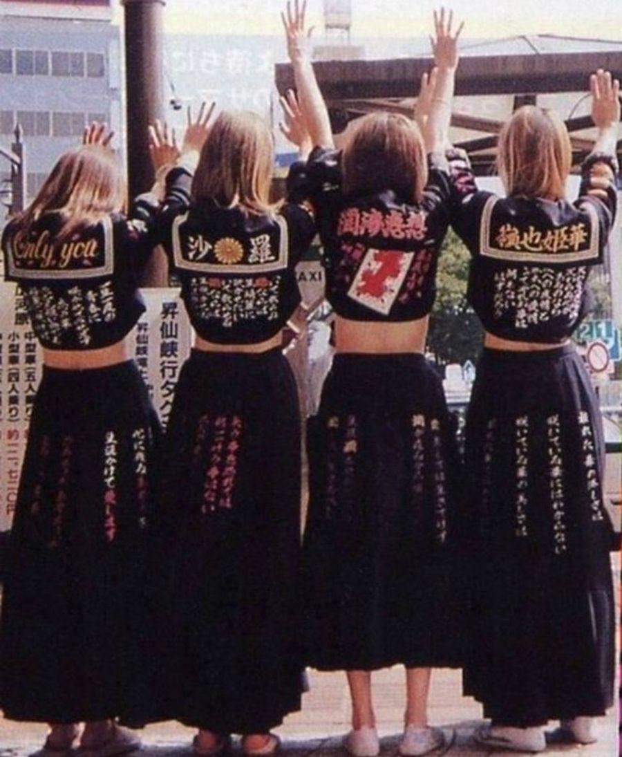 Фирменные матроски и удлинённые юбки сукебан, расшитые кандзи.