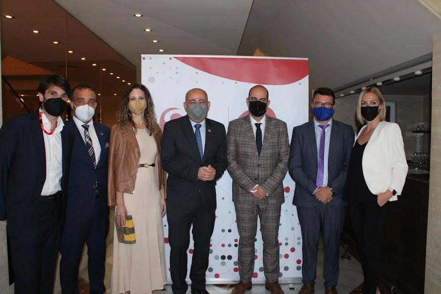 El alcalde de Huércal Overa junto al presidente y directivos de AJE Almería.