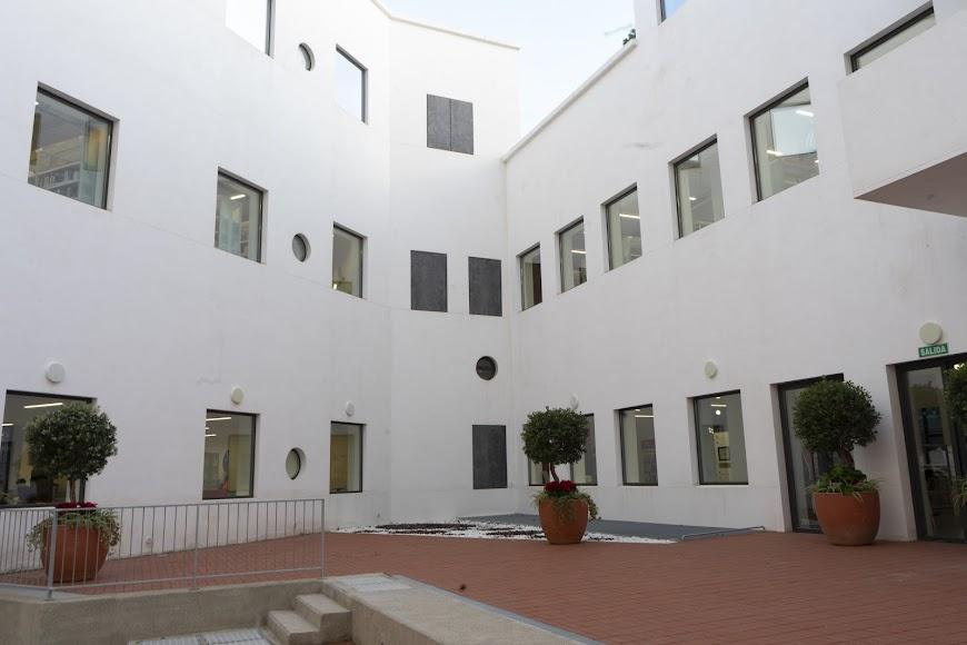 Patio interior de la biblioteca José María Artero.