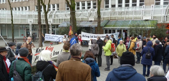 Demonstrant:innen mit Anti-Kriegs-Transparenten.