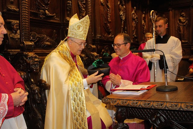 El obispo entrega su birrete al canónigo Andrés Francisco Rodríguez Quesada.