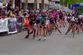 Photo: Les motos ouvreuses nous ont prévenus de l'arrivée du peloton des élites féminines...
