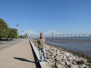 Photo: Expo-Gelände. Im Hintergrund die Vasco da Gama Brücke.