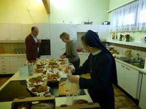 Photo: In der Küche wird von geistlichen und weltlichen Pfarrgemeinderätinnen unter umsichtiger Anweisung eines Pfarrgemeinderates alles für die Agape hergerichtet.