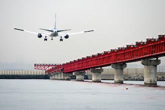 Photo: 今回のクルージングは、ほぼフルオーダーできたんで、羽田沖もじっくり楽しめました。 次は綺麗な夕焼け空で狙いたいな〜  羽田空港 Haneda Airport #hanedaairport  #aircraft  #pentaxusersjp