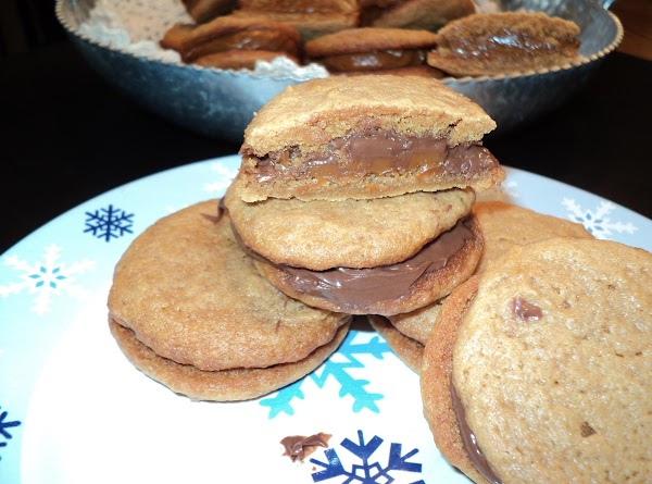 These are the last few cookies I filled with nutella because I ran out of the Dulce de leche. They are delicious with the nutella as well..