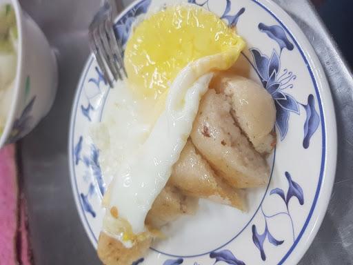 糯米腸超級好吃!外酥內軟,單純樸實的古早味!大推!他們的菜頭湯也很好喝,白蘿蔔燉的甘甜、入口即化,湯頭更是清爽,整間店就是cp值破表的台灣小吃美食!有機會真的不要錯過唷~