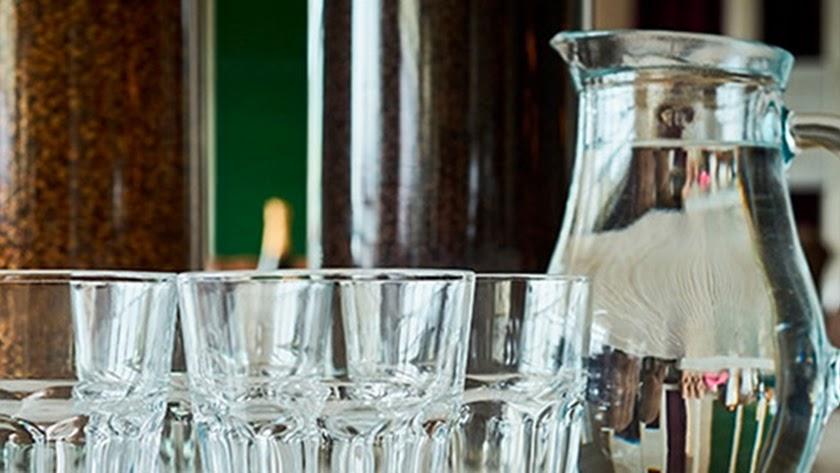 La OCU ha lanzado una campaña para que el agua sea gratis en los bares.