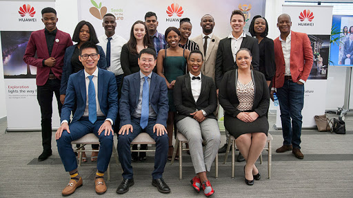 Minister Stella Ndabeni-Abrahams  flanked by Huawei SA CEO, Spawn Fan, and this year's Seeds for the Future students.