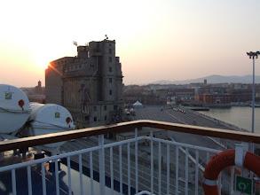 Photo: Steif in den Knochen begrüße ich den Sonnenaufgang in Livorno: Der Kreis nach drei Wochen Sardinien schließt sich hier.