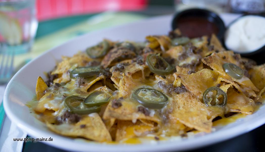 Foto: Supreme Nachos  mit gebratenem Beef und Jalapenos überbacken mit Cheddarkäse & Mozzarella. Dazu servieren wir Sour Cream und Salsa.