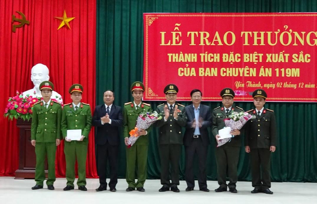 Đồng chí Thiếu tướng Nguyễn Hữu Cầu, Giám đốc Công an tỉnh và Thường trực Huyện ủy Yên Thành chúc mừng thành tích xuất sắc của Ban chuyên án