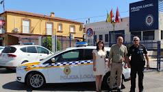 El alcalde con la edil del Área y le jefe de Policía junto al coche.