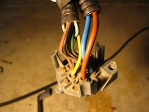 Photo: Refuerzo la masa, soldando los cables que he añadido de 6 mm. El consumo máximo que puede tener la caravana es de 30 amperios.