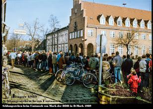 Photo: Schlangestehen vor der Sparkasse beim Umtausch von Mark der DDR in D Mark im Jahre 1989  Bildergalerie: https://goo.gl/i5b2S0