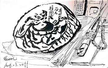 Photo: 桌上的紙鎮2011.08.23鋼筆 同仁桌上的紙鎮是來自監內才藝班的,那是用樹幹浮雕而成,布袋和尙的肚臍正好是樹心小小的痕…