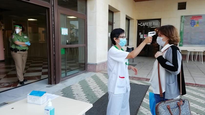 Una paciente en Consultas Externas del Hospital de Poniente.