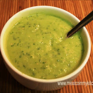 How to Make Green Salsa with Avocado / Cómo Hacer Salsa Verde con Aguacate.