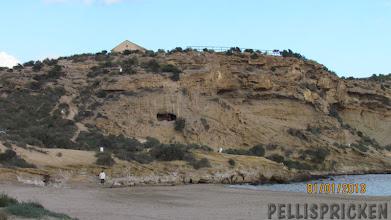 Photo: Nere på stranden upptäcker jag folk inne i en högt belägen grotta. Jag tar min kamera och Zoomar in för att se om det är något intressant
