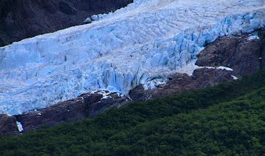 Photo: Un champ de glace à flanc de montagnes, vu du Lago Desierto.