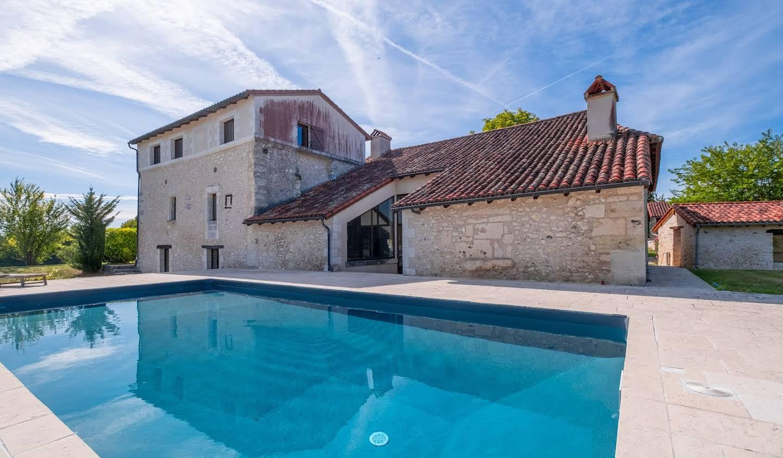 Property with pool and garden Léguillac-de-l'Auche